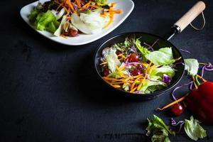 skål med grönsaksallad foto