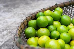 limefrukter på en träkorg