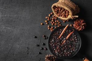 råa kaffebönor i säckpåsar foto