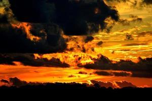 molnig himmel vid solnedgången foto