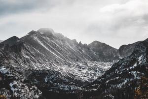 snöiga steniga berg foto