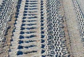 däckspår i sanden foto