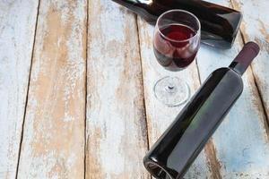 vinglas och vinflaska