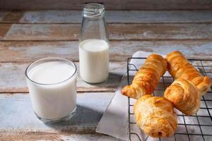 baka rullar med mjölk foto
