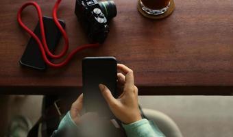 flicka använder mobiltelefon under kaffepaus på café