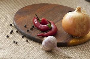 kryddiga grönsaker på skärbräda foto
