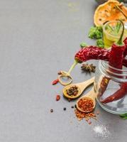 kryddor och örter i metallskålbakgrund. foto