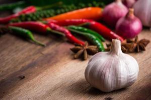 grönsak på gammal träbakgrund foto