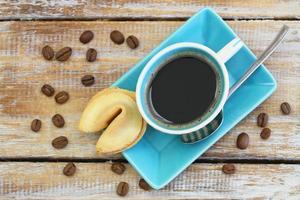 kaffe med förmögenhetskaka på rustik träyta foto