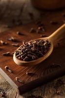 råbruna organiska kryddnejlikor foto