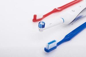tandprodukter för munhygien över vita foto