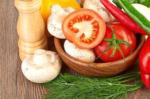 färska grönsaker och svamp