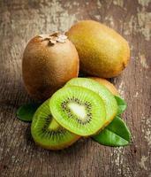 färsk hel kiwifrukt och hans skivade hälft foto