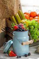 hälsosam havregryn med färsk frukt till frukost foto