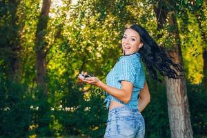 ung hipster snygg vacker flicka lyssnar på musik, mobiltelefon foto