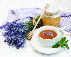 kopp te och lavendelblommor foto