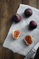 färska fikon på rustikt träbord foto