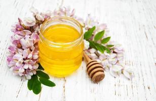 honung med akaciablommor foto