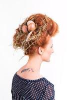 kvinna med fågelbo i håret foto