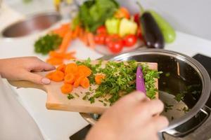 närbild grönsaker på träskivan foto