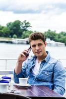 ung man utanför vid floden foto