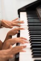 händer av pianister foto