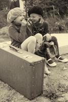 flickor berättar varandra för hemligheter och sitter vid busshållplatsen foto