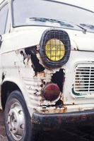 närbild foto av rostig vinge vit lastbil