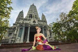 thailändsk tjej med nordlig klänning