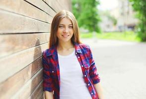 ganska ung flicka som bär en avslappnad kläder på sommardag foto