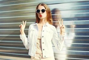mode porträtt ganska ung kvinna att ha kul i staden foto