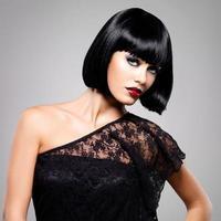 vacker brunett kvinna med skott frisyr foto