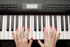 händer på piano foto