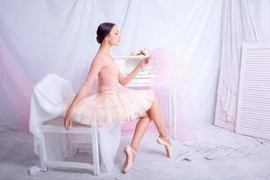 professionell balettdansös tittar i spegeln på rosa