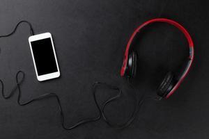 hörlurar och smartphone foto