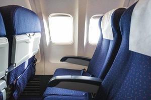 platser i ekonomiklassavdelningen på flygplan foto