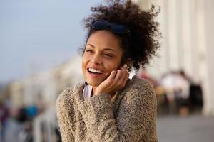 glad kvinna som lyssnar på musik på hörlurar foto
