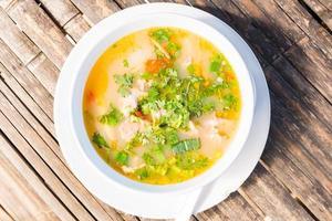 varm och kryddig fläskribba med örter, thailändsk mat foto