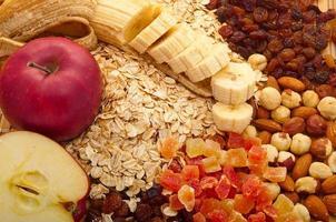 grits med äpplen, bananer, russin, foto