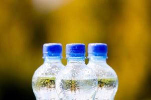 mineralvattenflaskor på naturbakgrund foto