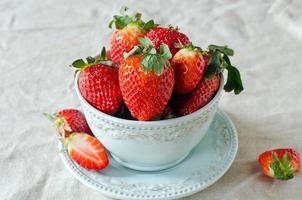 färska jordgubbar i en skål foto