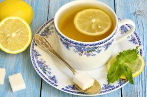 svart te med citron och mynta. foto