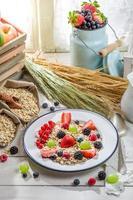 hälsosam havregryn med bärfrukter och mjölk foto