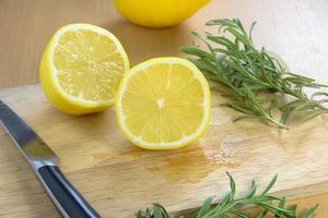 skivade citroner på en skärbräda med kniv foto