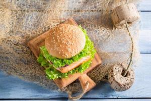 färsk burger med fisk och grönsaker foto