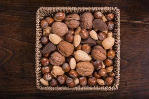 blandade nötter i brun färgton foto