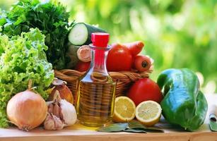 olivolja och grönsaker på bordet