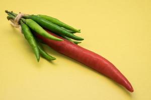 bild av röd grön varm chilipeppar