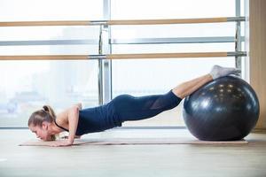 ung kvinna som tränar i ett gym foto