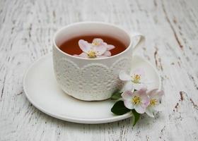 kopp te och vårblomning foto